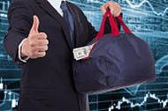Фото человека с полной сумкой денег